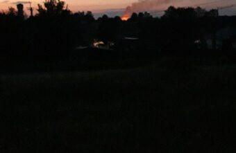 В Тверской области ночью вспыхнул двухэтажный деревянный дом