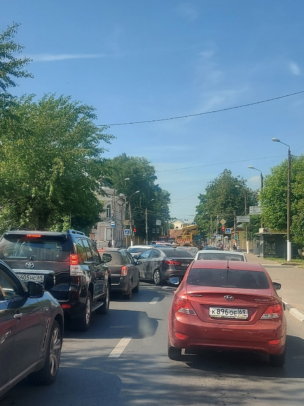 В Твери собирается пробка из-за аварии с автовышкой