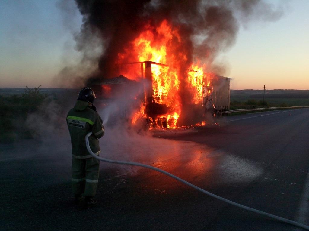 На трассе М-10 в Тверской области на ходу загорелась фура