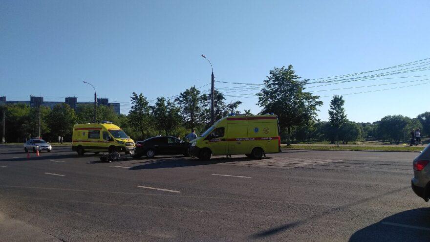 """В Твери напротив ТЦ """"Олимп"""" мотоциклист столкнулся с иномаркой"""