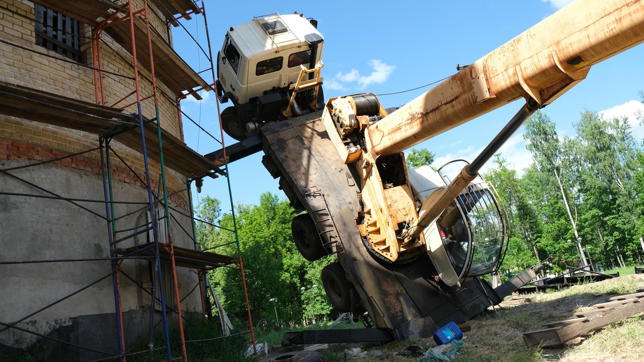 Появились подробности падения 25-тонного крана у храма в Тверской области
