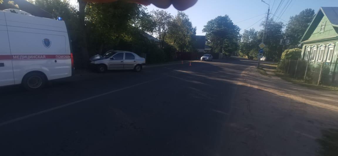 В Твери «Рено Логан» врезался в дерево, двое пострадали
