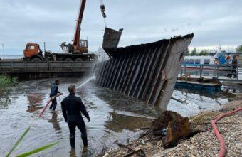 Тверские водолазы достали из озера 35-метровую затонувшую баржу