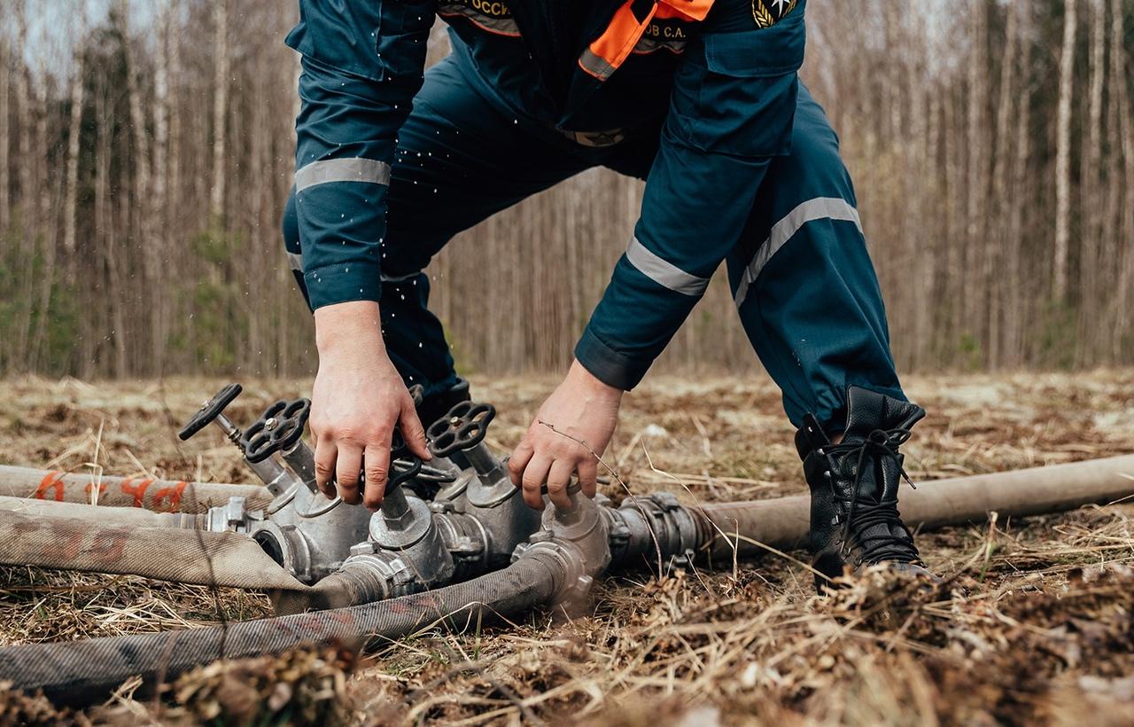 Пожарные выехали тушить лесную подстилку, загоревшуюся в Тверской области