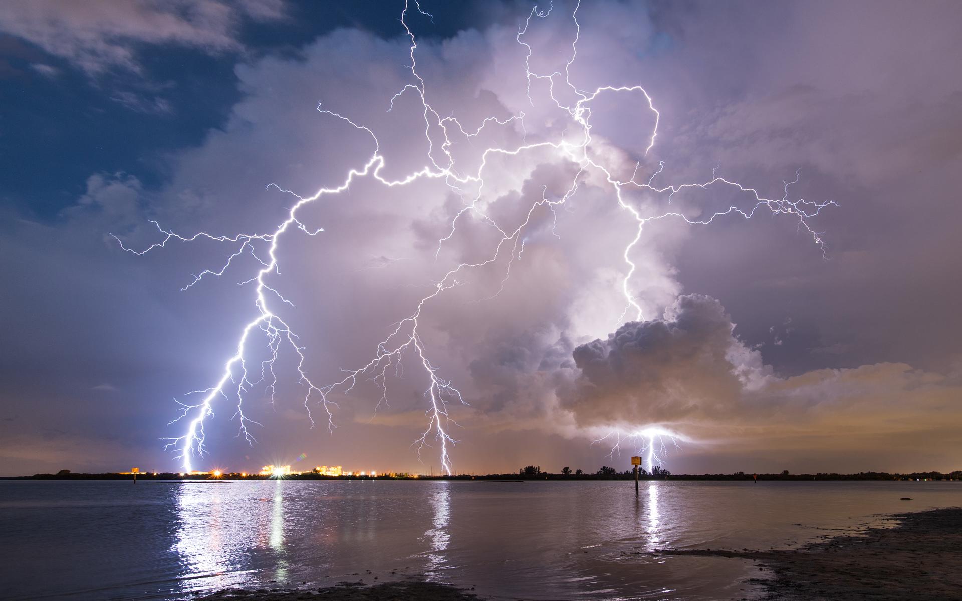 15 правил, которые спасут жителей Тверской области от удара молнии