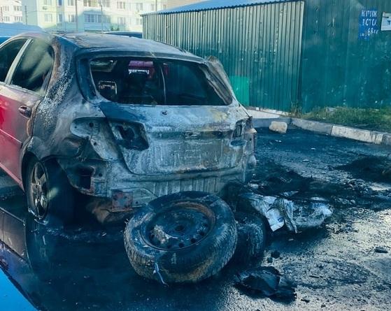 Две машины сгорели ночью во дворе дома в Твери