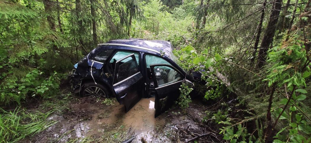 Водитель иномарки погиб на трассе в Тверской области: фото
