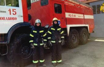 Пожарные спустили с дерева застрявших детей в Тверской области