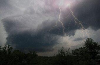 МЧС предупреждает: гроза, град и ливень надвигаются на Тверскую область