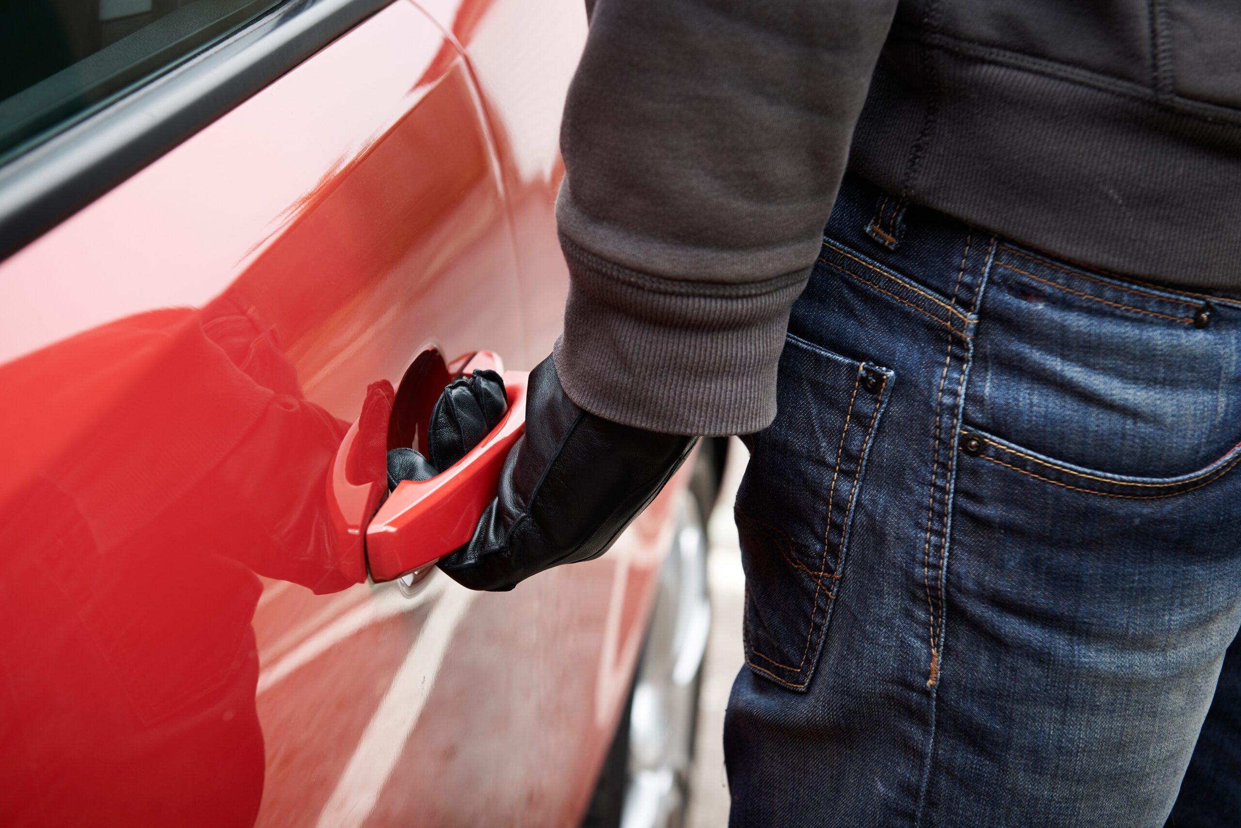 Владелец Audi из Твери лишился денег и парфюма из-за невнимательности