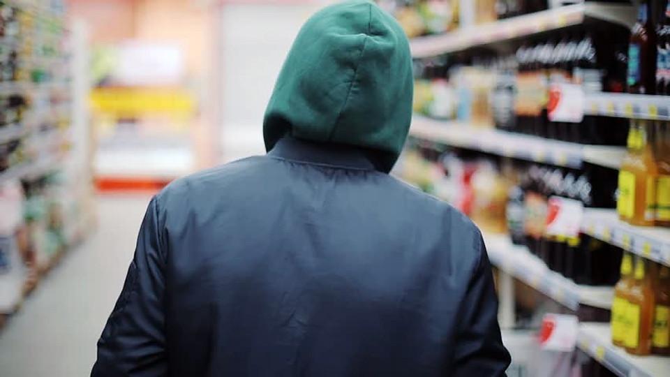 Тверские подростки обокрали ровесницу, расплачиваясь за еду ее картой