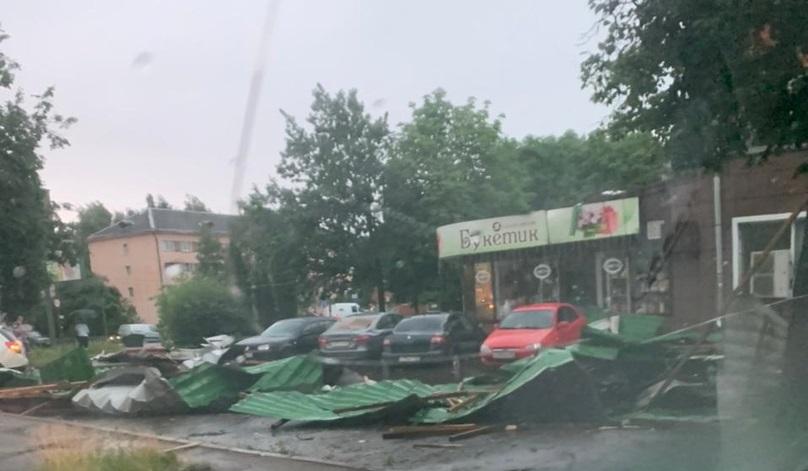 Ураган в Тверской области повалил деревья и оставил жителей без света