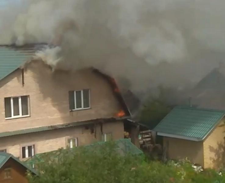 Двухэтажный жилой дом горит в Твери: видео