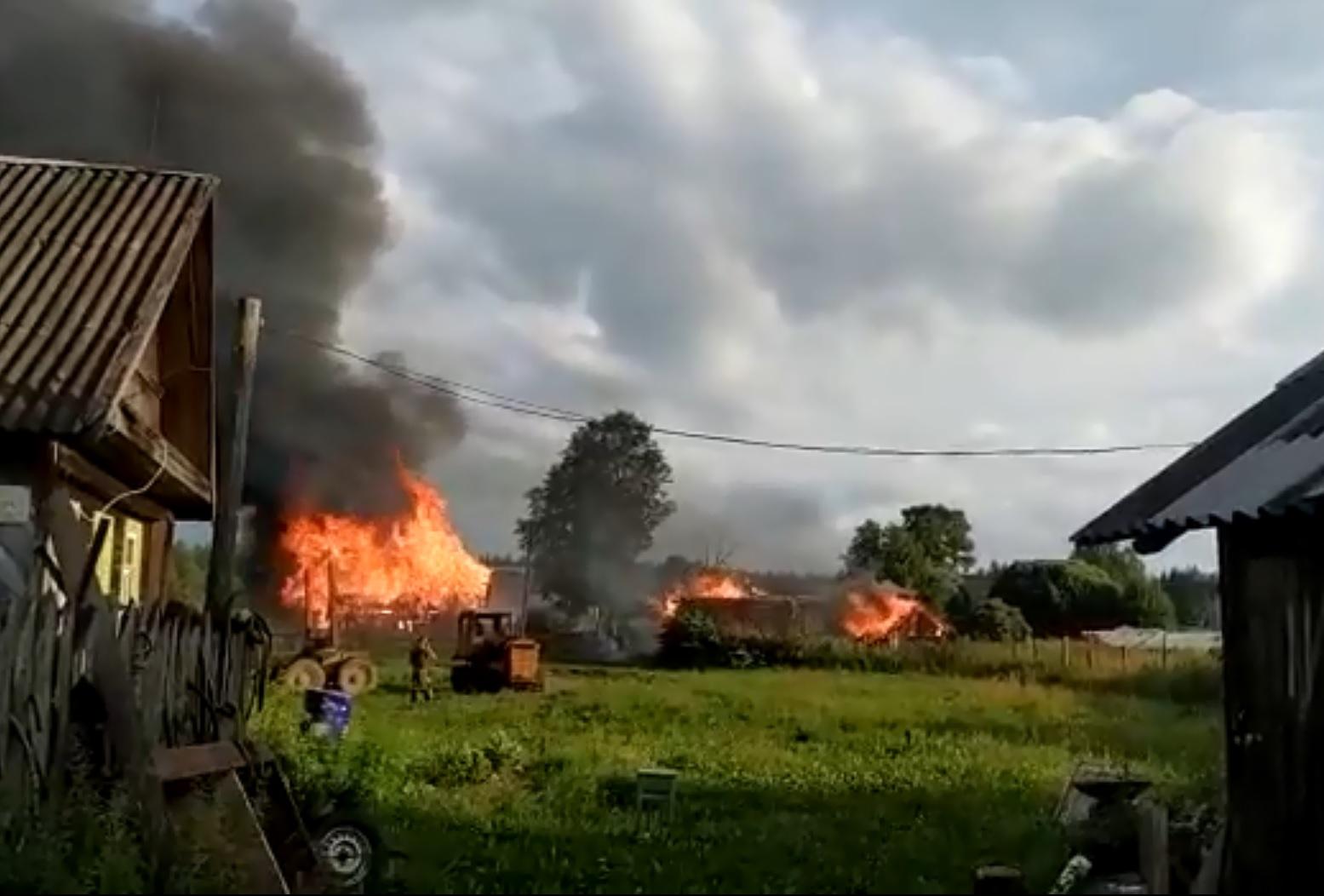 В посёлке в Тверской области полыхал пожар: видео