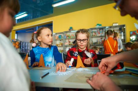 Жителям Тверской области рассказали, на какие карты начислят выплаты на школьников