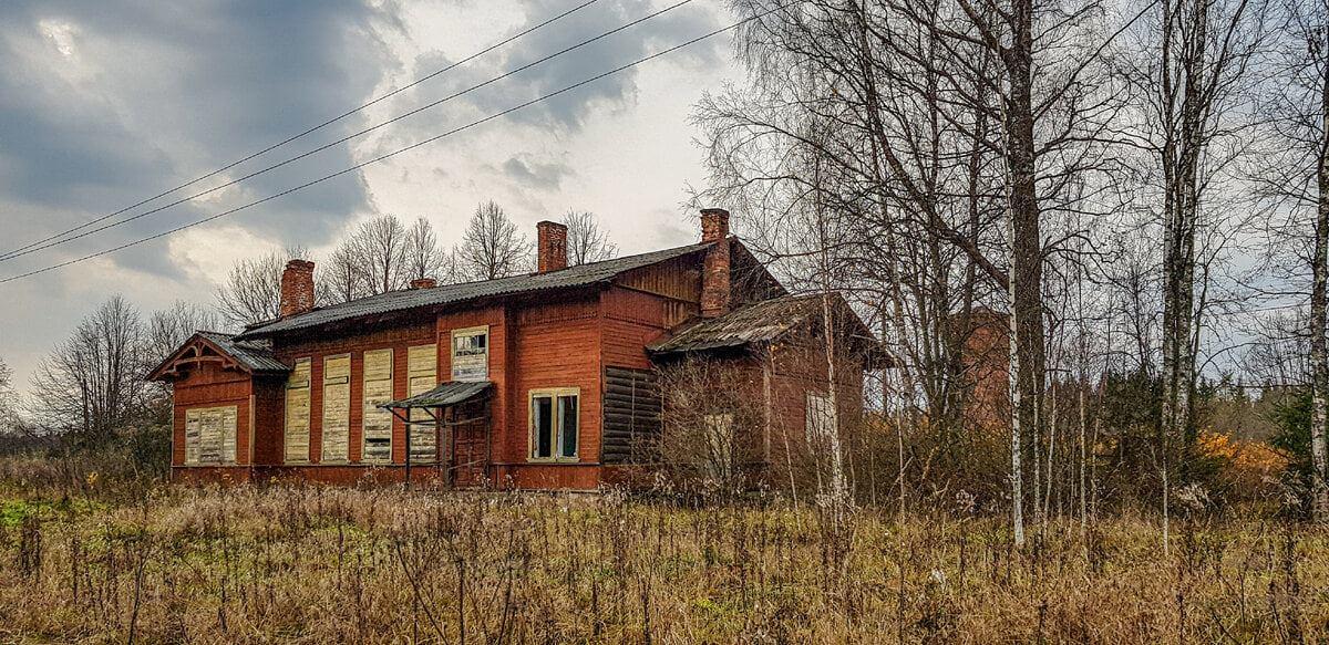 В Тверской области на заповедной железной дороге сгорело старинное здание вокзала