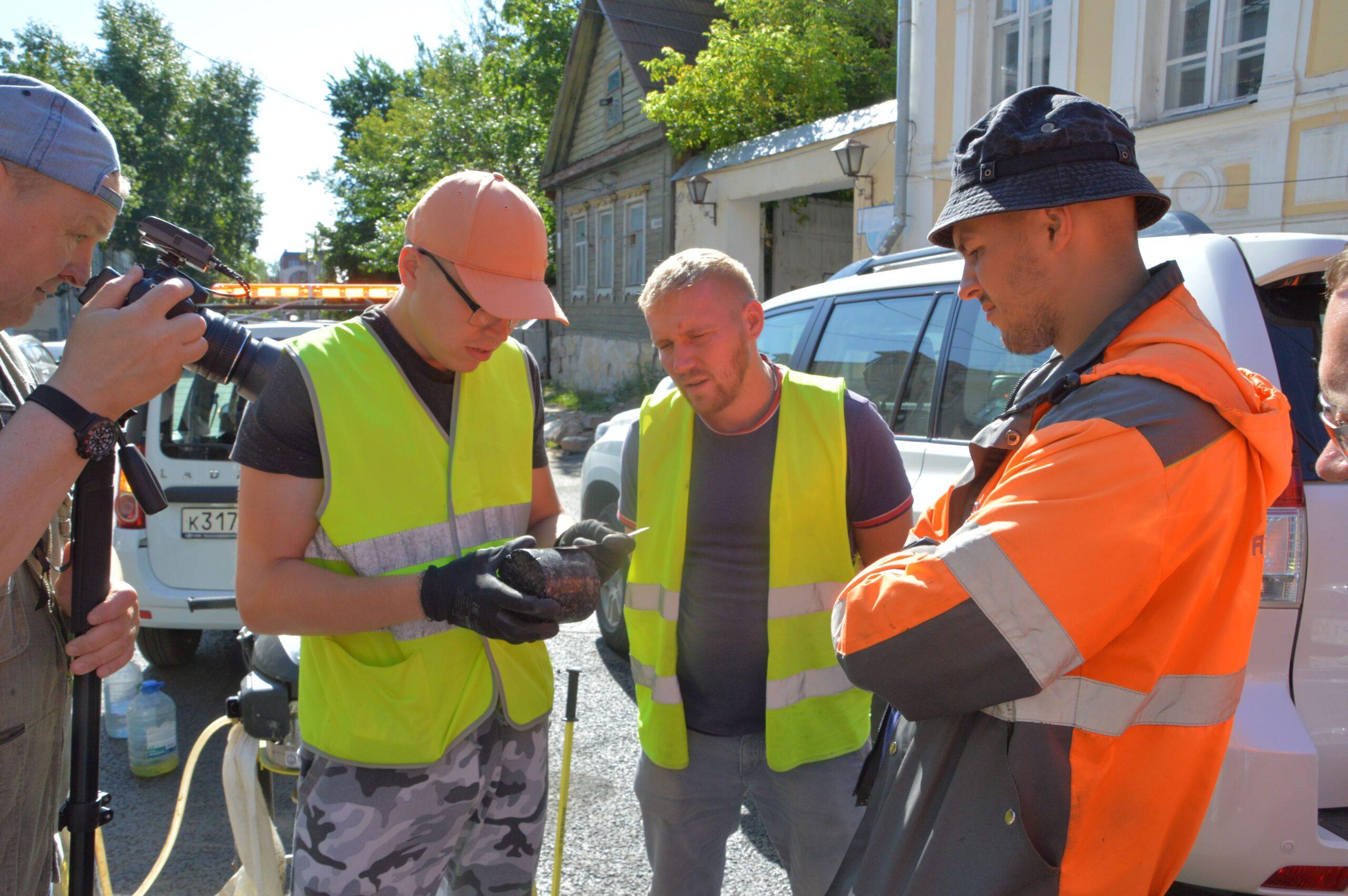 В Твери вырубают асфальт, чтобы проверить качество дорог