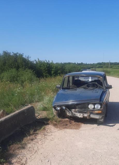 На трассе в Тверской области «ВАЗ» врезался в ограждение моста