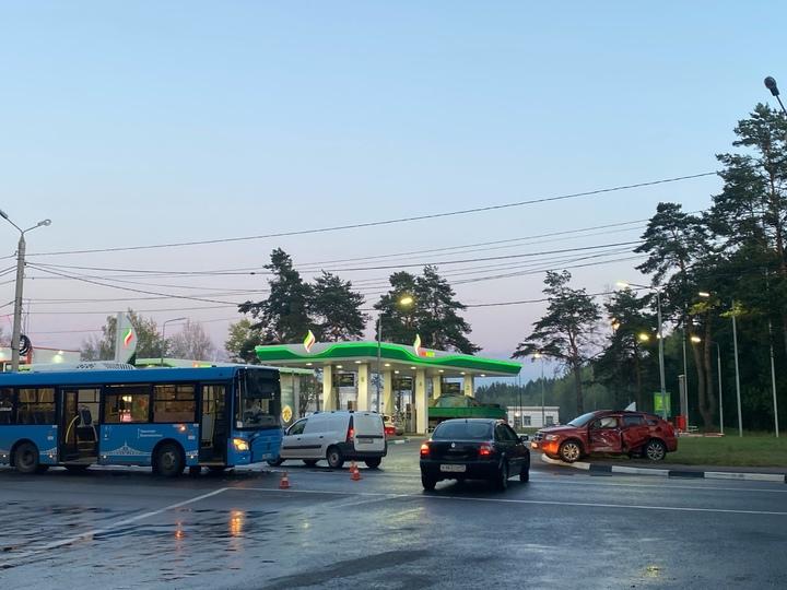 Вечером в Твери девушка на иномарке «подрезала» автобус