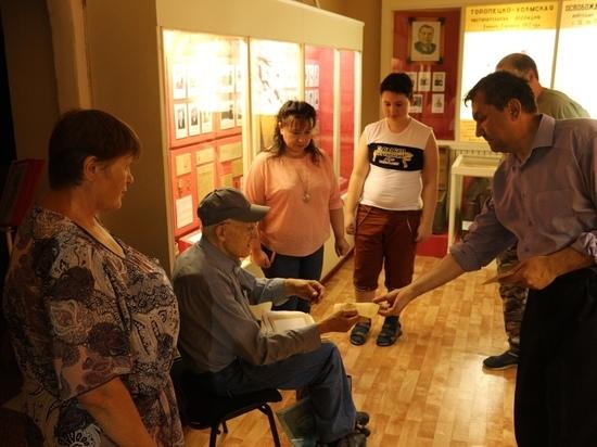 Музей в Тверской области посетил сын красноармейца, захороненного в Андреапольском районе