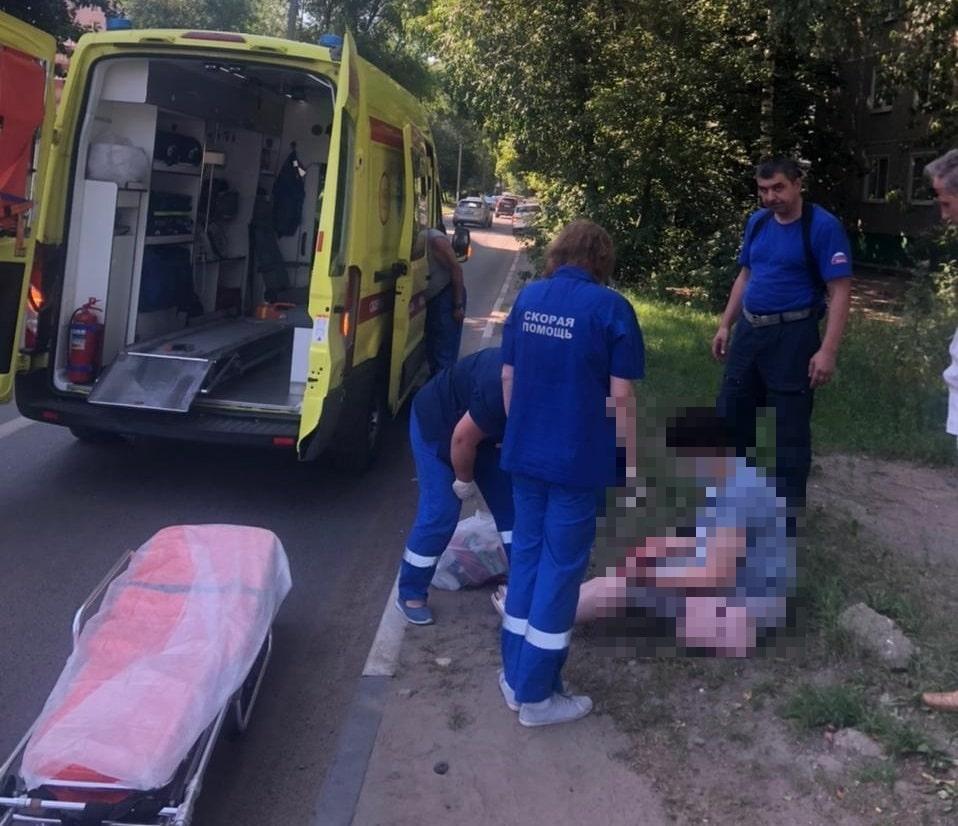Женщина попала под колёса машины в Твери
