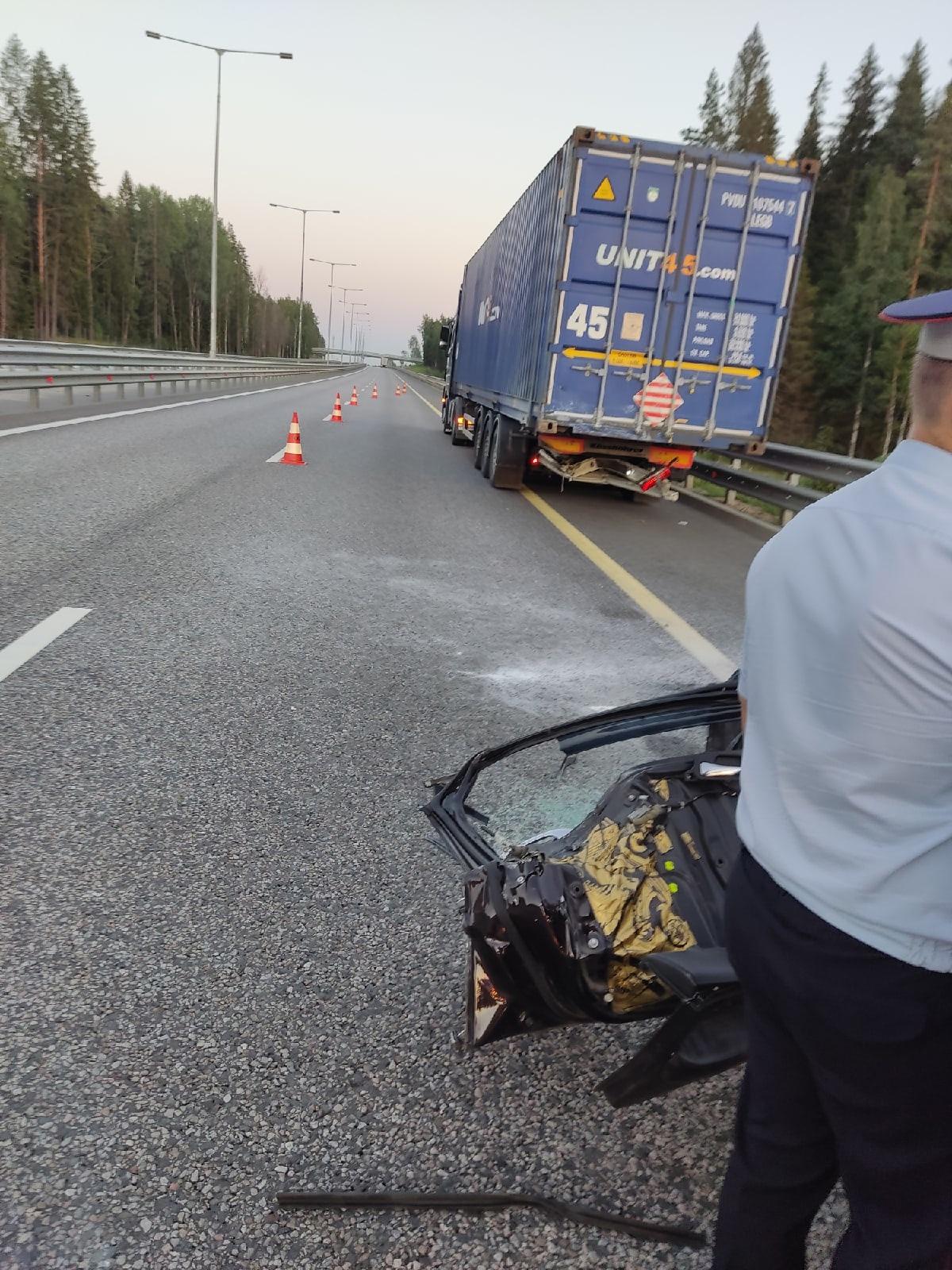 В Тверской области погиб водитель легковушки, которая столкнулась с большегрузом