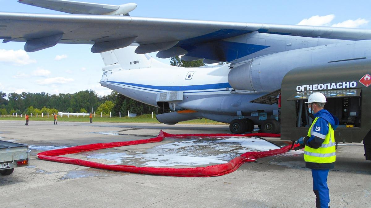 В Твери охлаждали самолет, чтобы не загорелось топливо