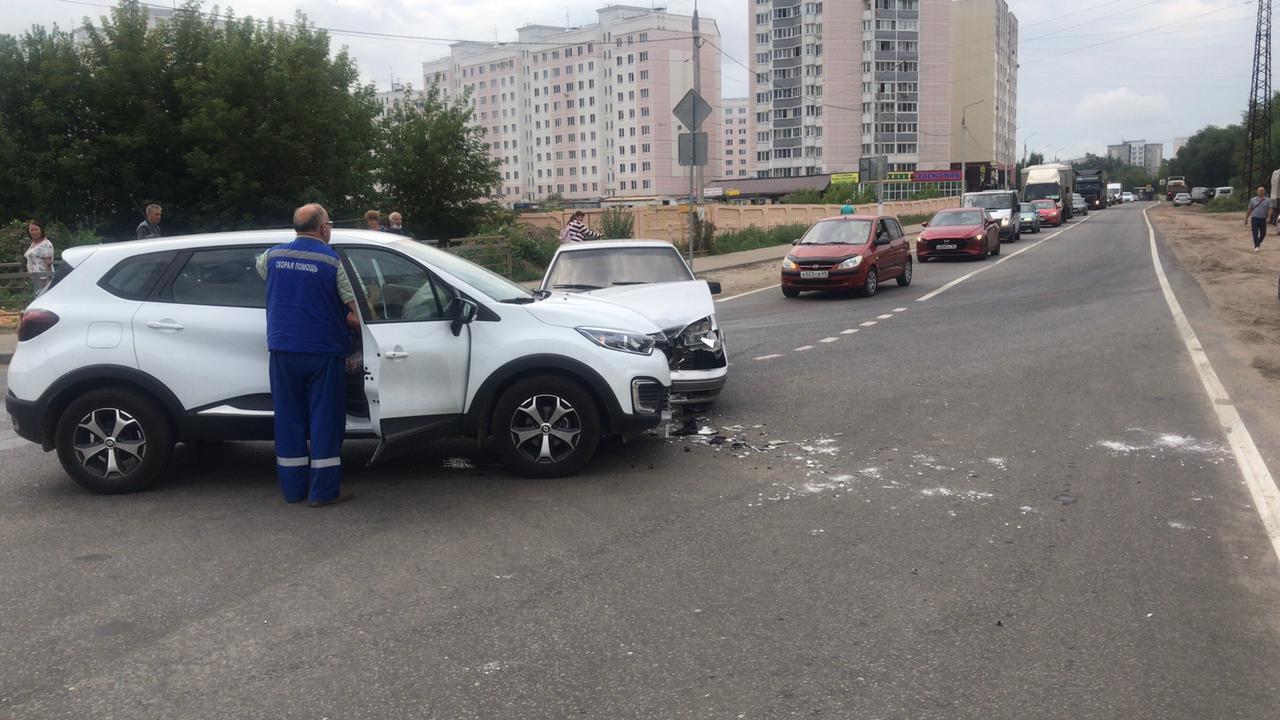 """Водитель получил травмы в столкновении """"Рено"""" и ВАЗа в Твери"""