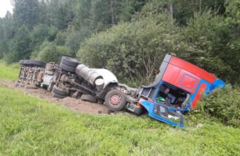 Цистерновоз съехал в кювет и опрокинулся в Тверской области, пострадал водитель