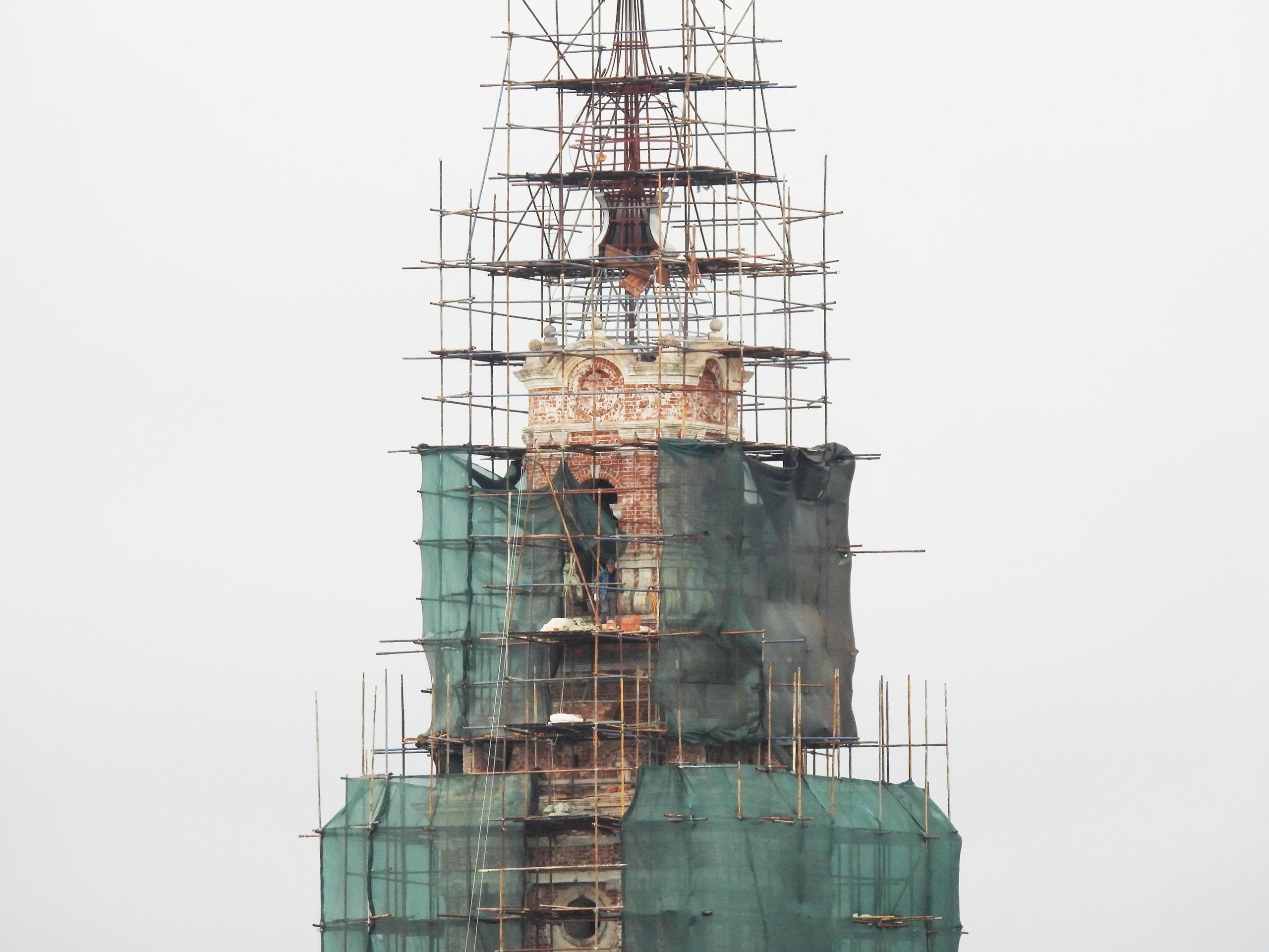 Следы пуль, интернет под водой: в Тверской области реставрируют калязинскую колокольню
