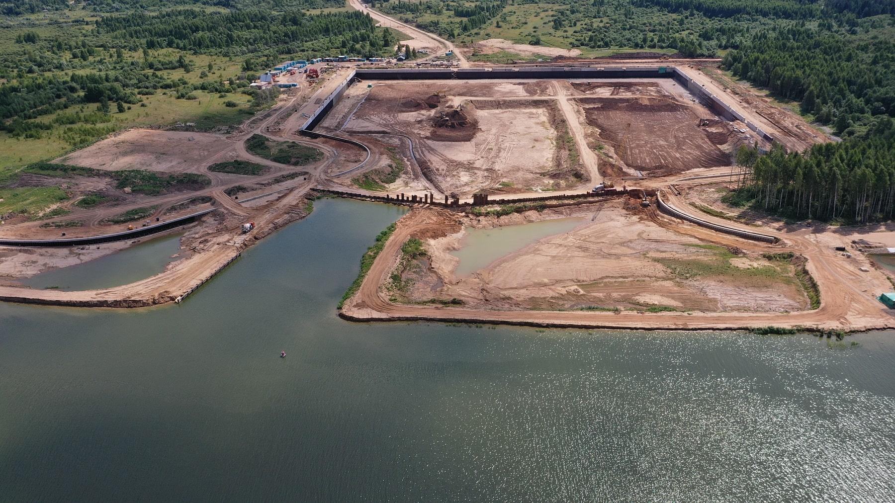 5700 тонн шпунтовых свай погрузили при строительстве нового речного порта в Тверской области