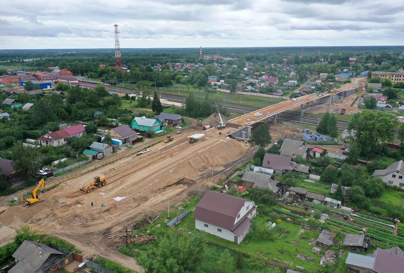 В Вышнем Волочке без остановки поездов смонтировали 773-тонный пролёт путепровода