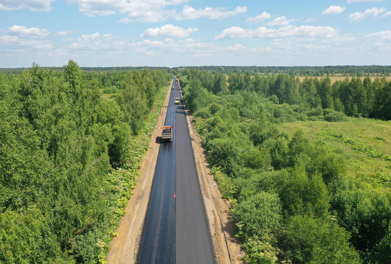 На дороге из Твери в Кимры начали укладывать новый асфальт