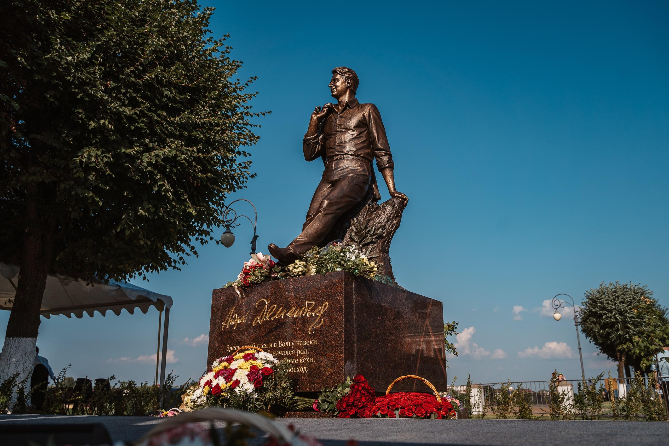 «А я без Волги просто не могу»: фоторепортаж с открытия памятника поэту Андрею Дементьеву в Твери