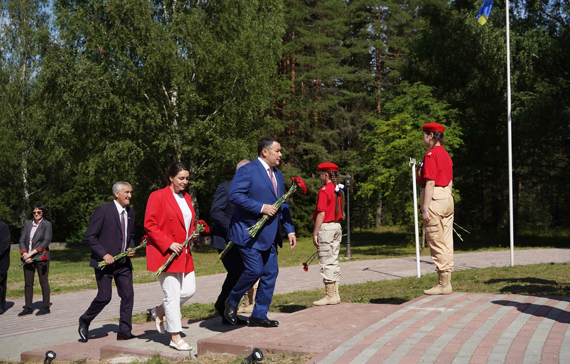 Губернатор Игорь Руденя возложил цветы к монументу «Обелиск Славы» в Максатихе
