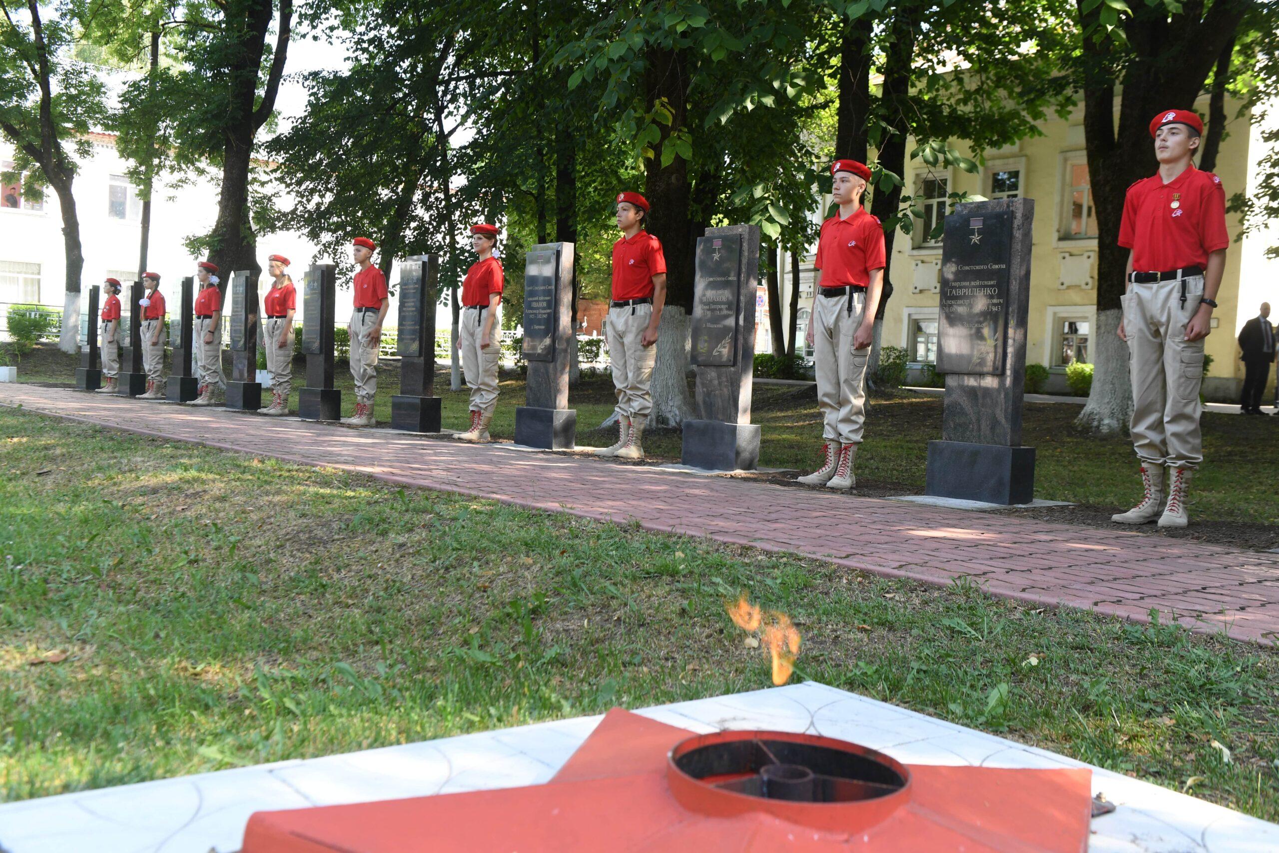 Игорь Руденя возложил цветы к стеле Героев Советского Союза в Торопце