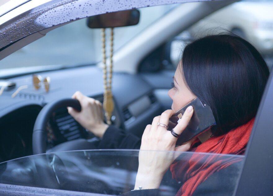 Тверских водителей предлагают гораздо жёстче наказывать за использование телефона
