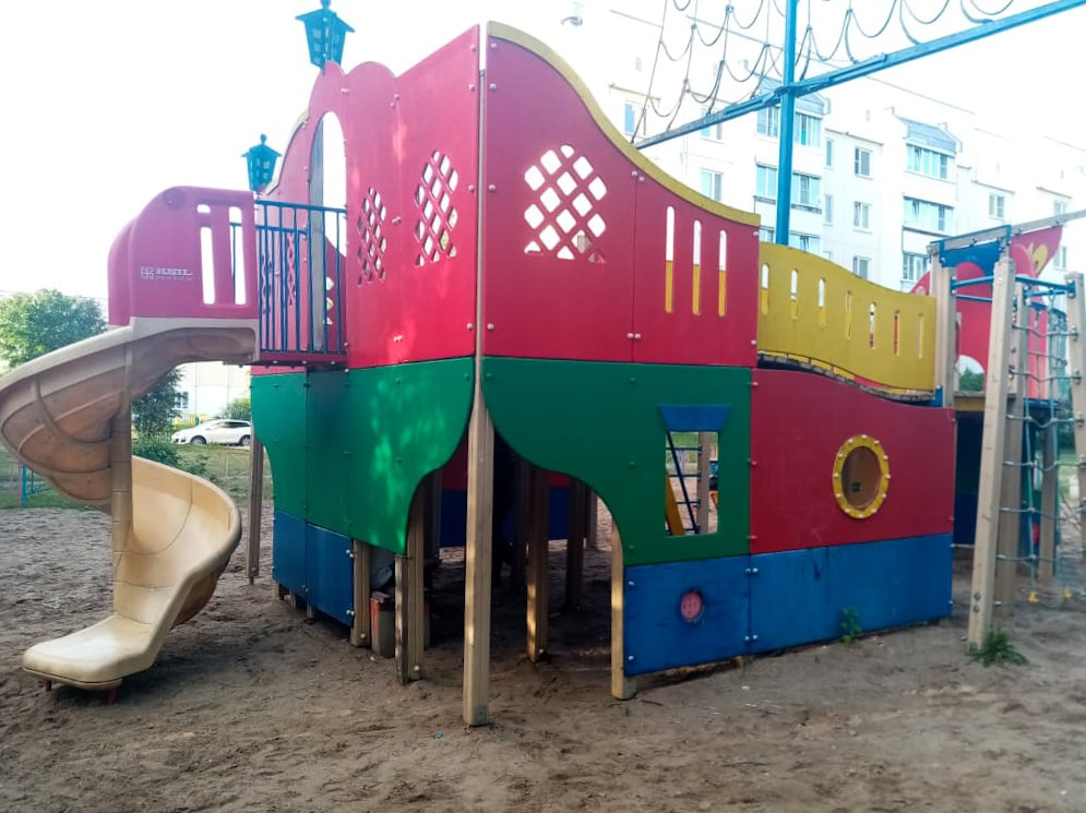 Маленькая девочка травмировалась на сломанной детской площадке в Твери