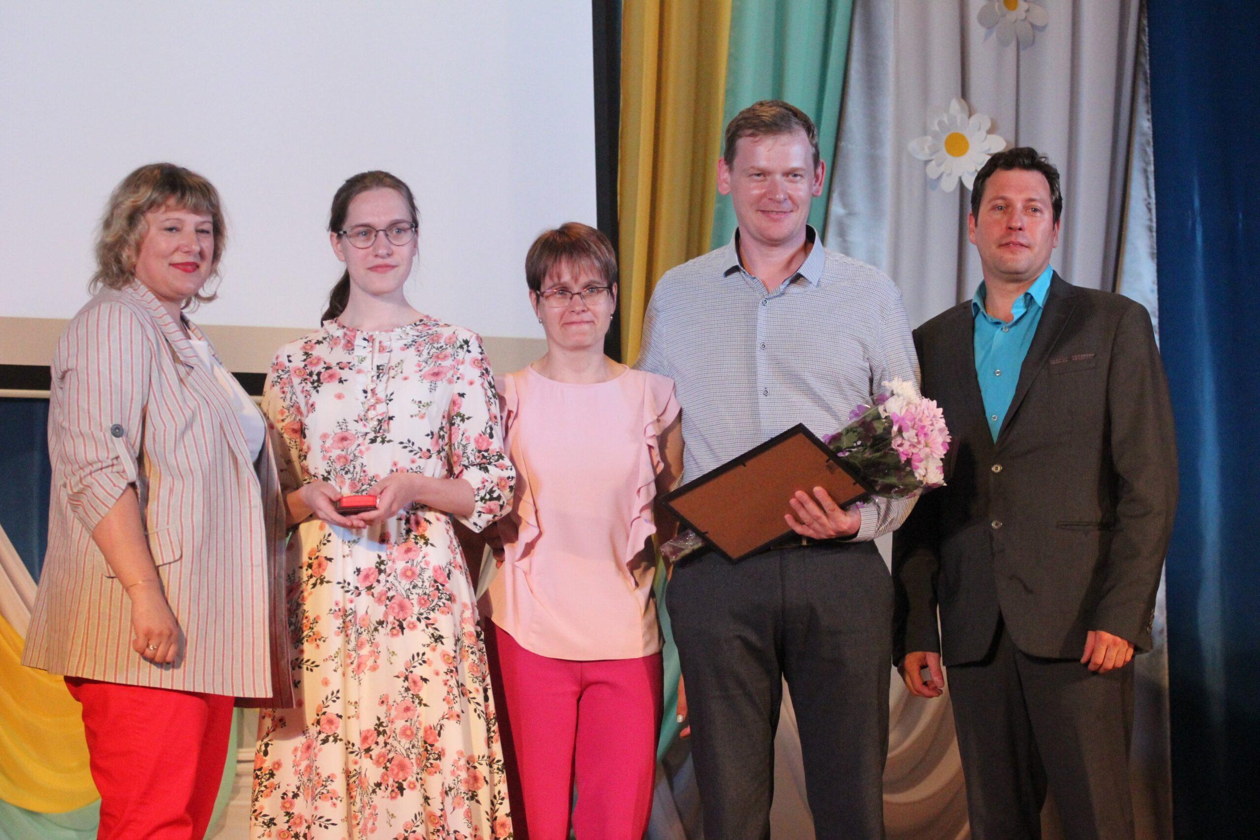 Семнадцать выпускников из Бологовского района окончили школу с медалями