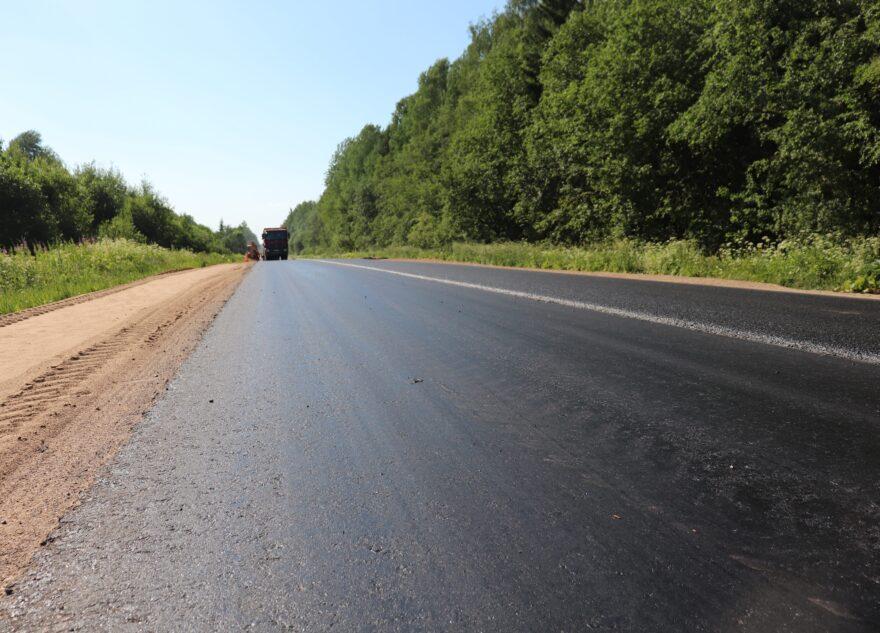 На одной из главных туристических магистралей в Тверской области завершают укладку асфальта