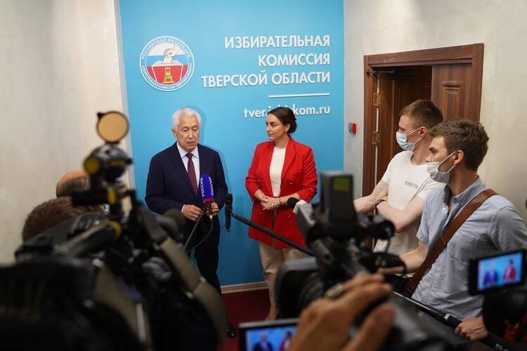 Владимир Васильев и Юлия Саранова представили в избирком документы на регистрацию в качестве кандидатов в депутаты Госдумы
