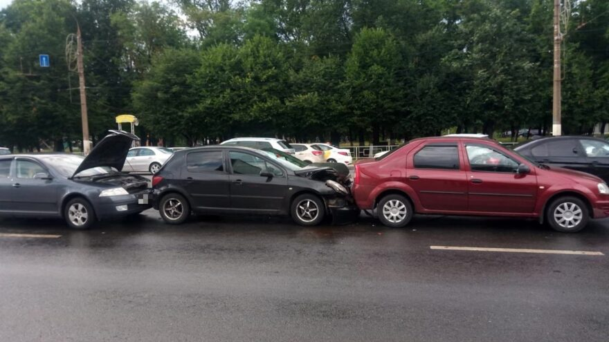 Невиновный водитель пострадал в столкновении 4 автомобилей в Твери