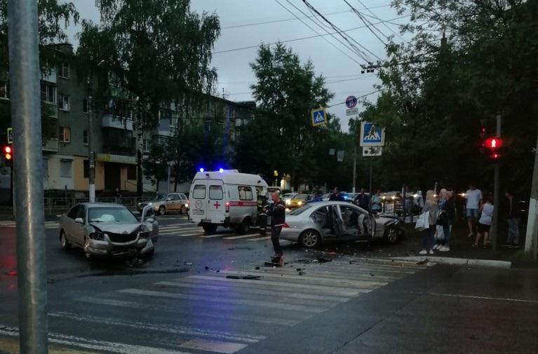 Появилось видео столкновения «Мерседеса» и «Ниссана» в Твери 30 июня