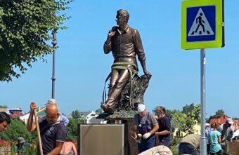 Фото дня: в Твери установили памятник Андрею Дементьеву