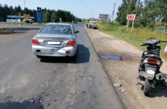 Пьяный скутерист без прав протаранил иномарку в Тверской области