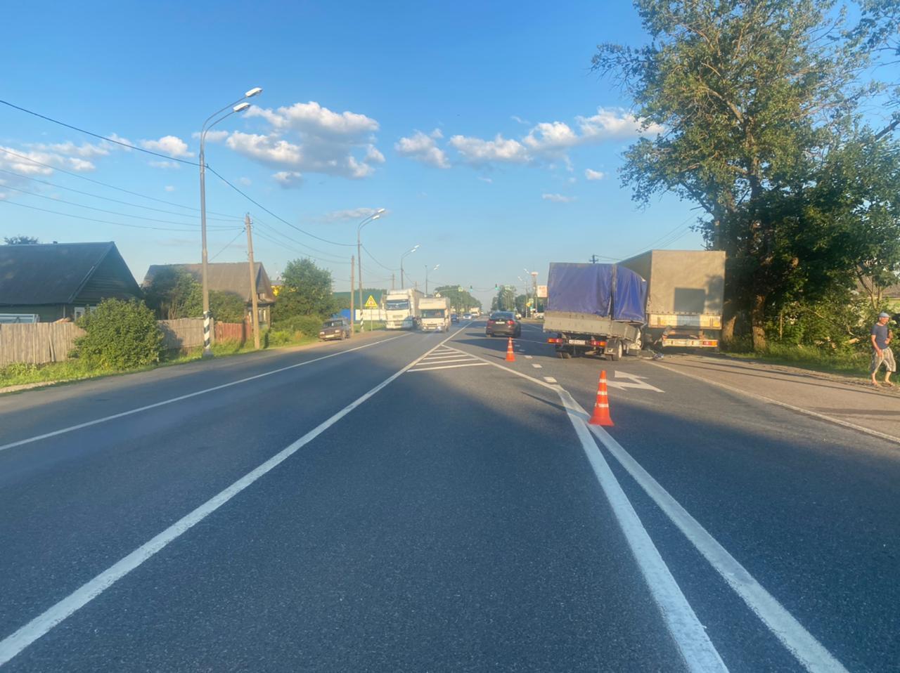 Водитель на скорости въехал в стоящую фуру в Тверской области