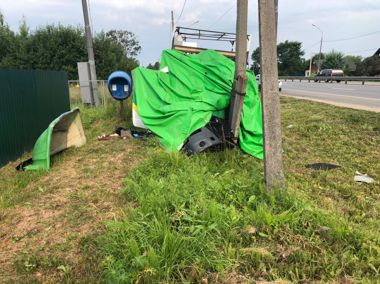 Уснувший водитель ГАЗели протаранил столб на М-10 в Тверской области