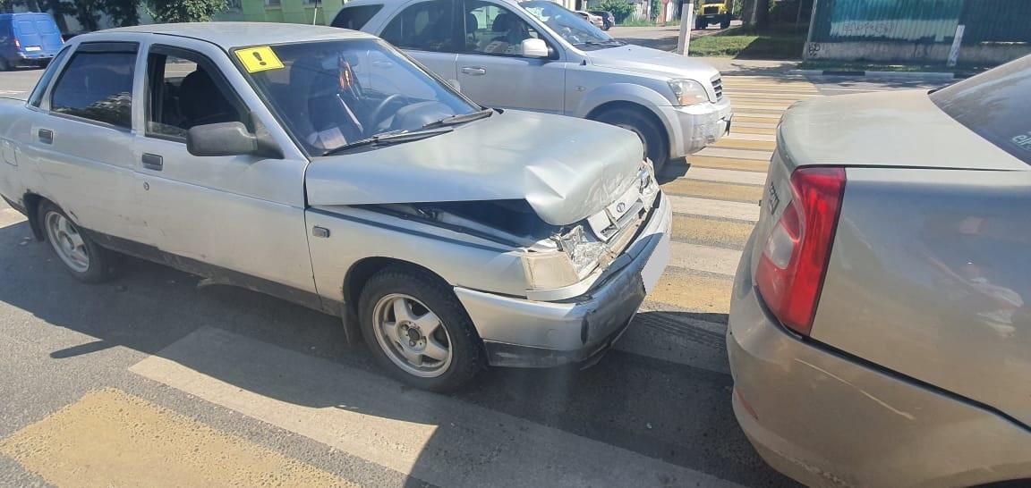 Женщина на зебре попала под колёса машины в Твери из-за начинающего водителя