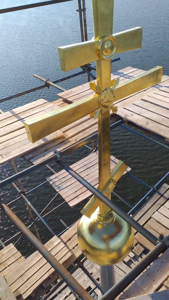 На калязинскую колокольню в Тверской области установили обновленный крест
