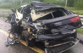 На трассе М-11 в Тверской области фура врезалась в стоящую «Ауди»